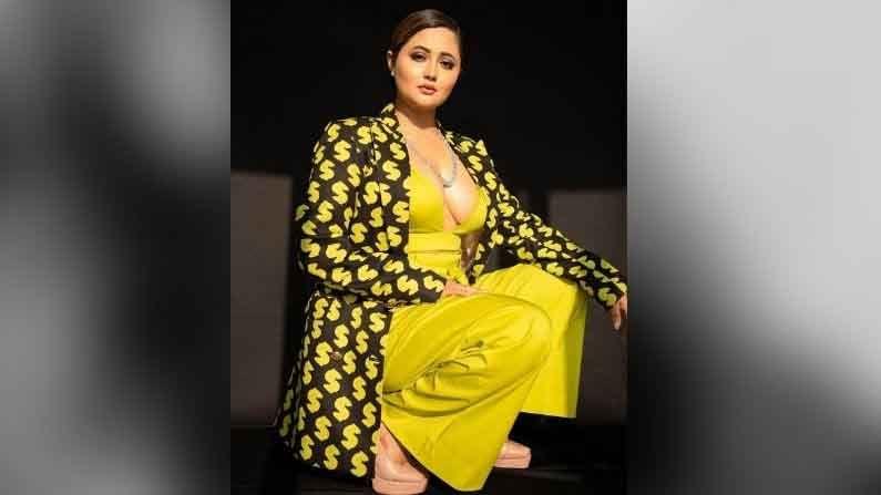 टीव्हीपूर्वी रश्मी देसाईने बॉलिवूडमध्ये पदार्पण केले होते. 2006 साली रश्मीने 'रावण' या मालिकेतून तिने टीव्ही जगतात पाऊल ठेवले.