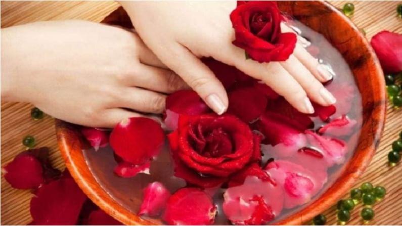 गुलाबाचे पाणी चेहरा लावल्याने चेहरा ताजा दिसतो. चेहऱ्यावर गुलाब पाणी लावल्यावर हलक्या हाताने चेहऱ्यावर मसाज करा. यानंतर कोमट पाण्याने चेहरा धुवा. यामुळे चेहऱ्यावर चमक वाढेल.