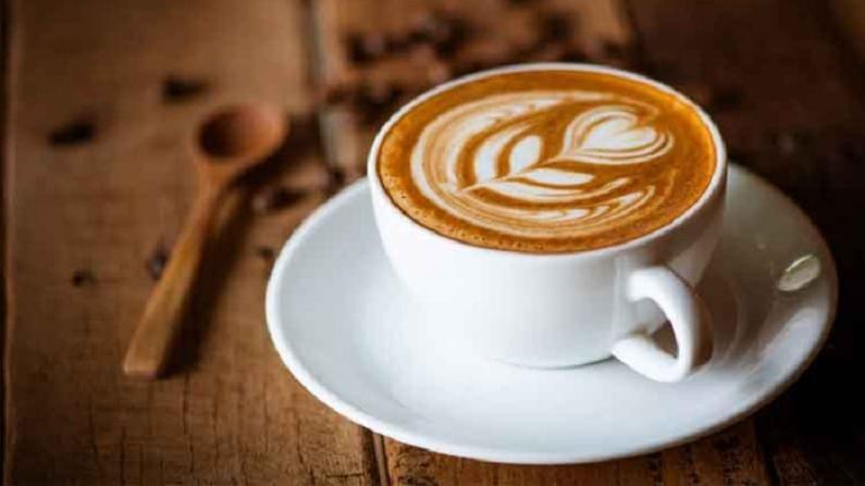 कॉफी लठ्ठपणा कमी करण्यास मदत करते. त्यात कॅफिन असते हे चरबी वाढण्यास प्रतिबंधित करते.