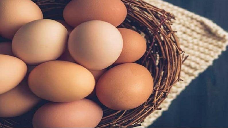 ब्लॅकहेड्स काढून टाकण्यासाठी आपण अंड्याच्या पांढर्या भागामध्ये एक चमचा मध घालून चेहऱ्यावर लावा. यानंतर कोमट पाण्याने चेहरा धुवा.