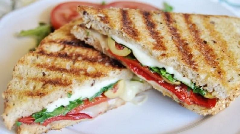 आपण बर्याचदा ब्रेड आणि बटाटा सँडविच खाल्ले असेल. परंतु आज आपण रव्या सँडविच पाहणार आहोत. चला, या सँडविचची रेसिपी जाणून घेऊयात.