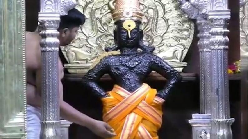 पंढरपुरातील विठ्ठल मंदिरात देवाच्या मूर्तीला चंदनाचा लेप लावण्यात येत आहे