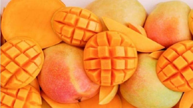 उन्हाळ्यात आंबे खाण्याचा सल्ला दिला जातो. तसेच कैरीचे पन्हे तुम्हाला हायड्रेटेड ठेवते.