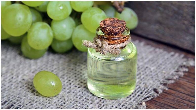 द्राक्ष तेलामध्ये अँटी-ऑक्सिडंट गुणधर्म आहेत. ते त्वचेवरील सुरकुत्या कमी करण्यास मदत करतात.