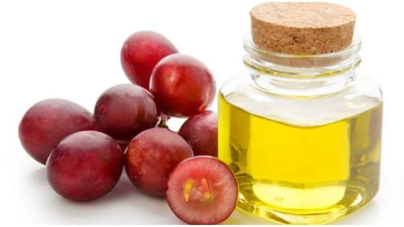 द्राक्षाचे तेल केसांतील कोंडा दूर करतो. शॅम्पू करण्यापूर्वी आपण आपल्या केसांवर आणि टाळूवर तेल मालिश करू शकता.