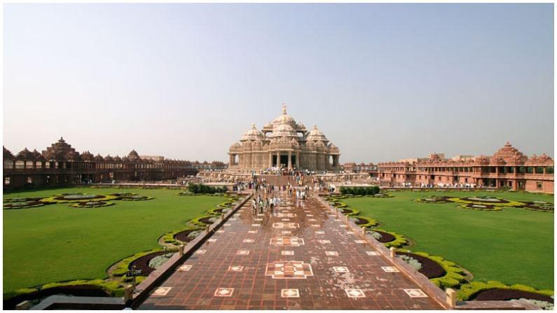 अक्षरधाम हे मंदिरसुद्धा दिल्लीत आहे. हे मंदिर 240,000 मीटर स्केअर फूटमध्ये पसरलेले आहे.
