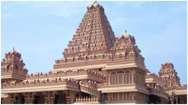 छतरपूर हे मंदिर देशाची राजधानी दिल्लीत आहे. हे मंदिर सुमारे 280,000 मीटर स्केअर फूटमध्ये पसरलेले आहे.