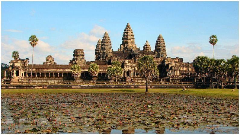कंबोडिया देशातील अंगकोर वाट मंदिर हे 12 व्या शतकात राजा सूर्यवर्मन द्वितीय यांनी बनवलं होतं. हे मंदिर सुमारे 162.6 हेक्टर क्षेत्रात पसरलेले आहे. तर हे जगातील सर्वात मोठ हिंदू मंदिर म्हणून प्रसिद्ध आहे. भगवान विष्णूला हे मंदिर समर्पित करण्यात आलं आहे.
