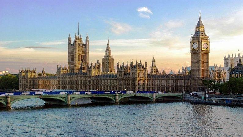 ब्रिटन : कोरोना नियंत्रणात आणण्यासाठी लावलेल्या निर्बंधांमुळे ब्रिटनच्या पर्यटन उद्योगाला 27 बिलियन डॉलरचा तोटा झालाय.