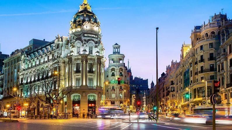 स्पेन : ESTA च्या अधिकृत आकेडवारीनुसार, 2020 मध्ये स्पेनमध्ये 2 कोटी परदेशी पर्यटक पोहचले होते. स्पेनच्या पर्यटन इतिहासातील हा सर्वात कमी पर्यटकांनी भेट देण्याचा आकडा आहे. त्यामुळे स्पेनला 46 बिलियन डॉलरचं नुकसान सहन करावं लागलं.