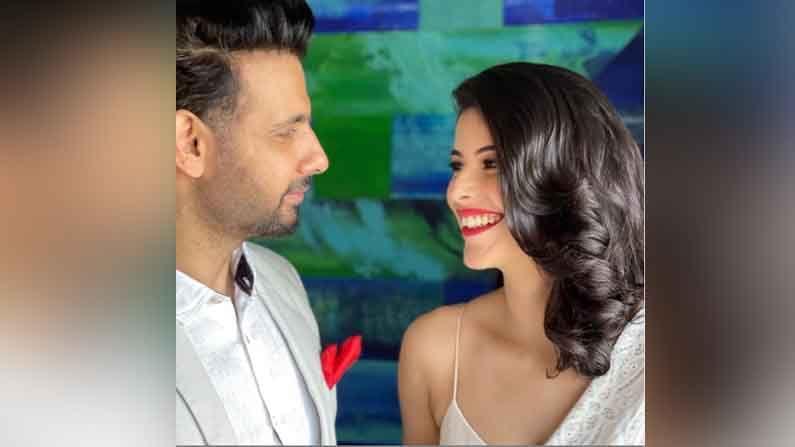 मात्र, 'नामकरण' फेम अभिनेता विरफ पटेल (Viraf Patel) यांने त्याच्या लग्नसोहळ्याने समाजापुढे एक आदर्शाचं उदाहरणं दिलं आहे. अलीकडेच विरफ पटेल आणि सलोनी खन्ना (Saloni Khanna) लग्नाच्या बंधनात अडकले आहेत. या दोघांनीही अनोख्या पद्धतीने लग्न केले आहे. अवघ्या दीडशे रुपयात या जोडीचं लग्न पार पडलं.