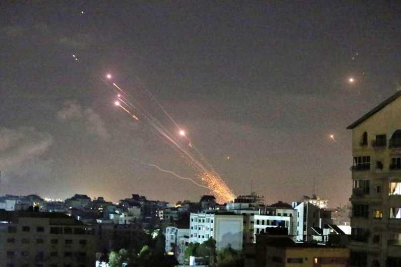 गाझातील हमास संघटनेने इस्राईलवर डागलेले रॉकेट. (Photo Credit : Reuters)