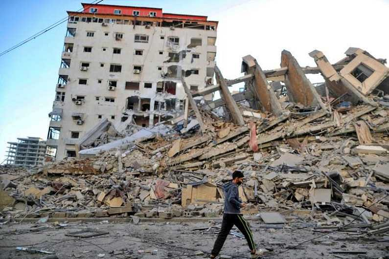 इस्राईलच्या एअर स्ट्राईकमध्ये गाझा शहरातील ही इमारत उद्ध्वस्त झाली. (Photo Credit : Reuters)