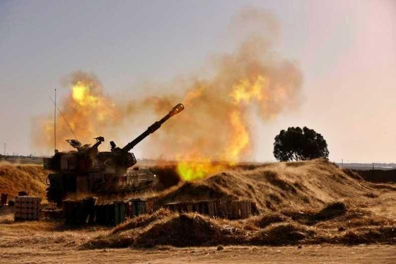 इस्राईलचे रणगाडे सीमेवरुन गाझावर तोफगोळ्यांचे हल्ले करत आहे. (Photo Credit : Reuters)