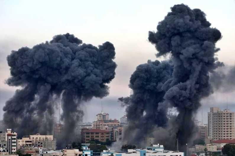 इस्राईलने गाझात एअर स्ट्राईक केलं. यानंतर गाझा शहरातून असे धुराचे लोट आकाशात जाताना दिसत होते. यात अनेक इमारती उद्ध्वस्त झाल्यात. (Photo Credit : Reuters)