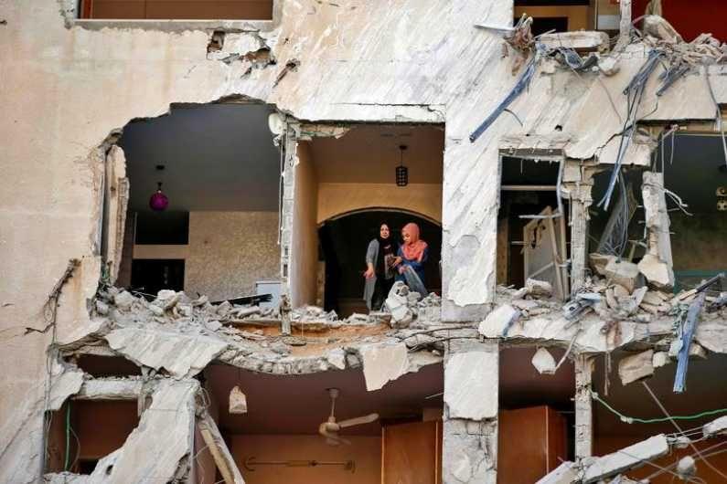इस्राईलच्या एअर स्ट्राईकमध्ये गाझा शहरातील अनेक निवासी इमारती जमिनदोस्त झाल्या. हल्ल्यानंतर आपल्या घराची पाहणी करताना पॅलेस्टाईनचे नागरिक. (Photo Credit : Reuters)