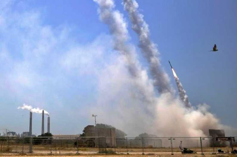गाझातून हमासने इस्राईलवर रॉकेट हल्ले केल्यानंतर इस्राईलने आयर्न डोम अँटी मिसाईल यंत्रणेद्वारे हे रॉकेट नष्ट केले.  (Photo Credit : Reuters)