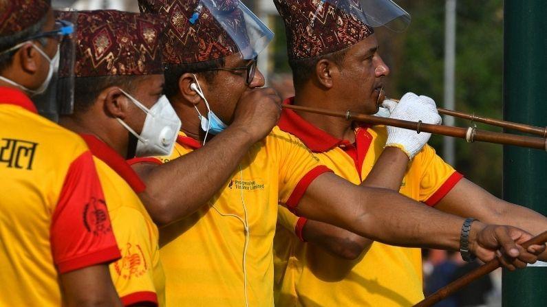 यावेळी लोकांनी लाकडापासून बनवलेल्या खूप मोठ्या रथासोबत यात्रा काढली. या रथात मछिंद्रनाथांची मातीपासून बनवलेली मूर्ती होती. दरवर्षी होणारा हा उत्सव जवळपास महिनाभर चालतो. यात हजारो लोक सहभागी होतात. (Nepali Festival). मात्र, यंदा या यात्रेत कमी लोक सहभागी झाले होते. तसेच काही मीटर अंतरापर्यंतच ही यात्रा काढण्यात आली.