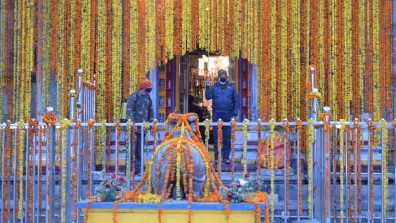 """मुख्यमंत्री तीरथसिंग रावत यांनी ट्वीट केले की, """"जगातील प्रसिद्ध अकरावे ज्योतिर्लिंग श्री भगवान केदारनाथ धामचे दरवाजे आज सोमवारी (17 मे) पहाटे पाच वाजता विधीवत पूजा आणि अनुष्ठानानंतर उघडण्यात आले. मेष लग्नाच्या शुभ मुहूर्तावर मंदिराची कपाटं उघडली गेली."""""""