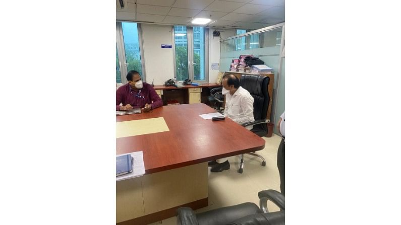 उपमुख्यमंत्री अजित पवार मंत्रालयात उपस्थित राहून संबंधित जिल्हाधिकाऱ्यांच्या संपर्कात असून राज्यातील वादळ परिस्थितीवर व्यक्तीश: लक्ष ठेवून आहेत.