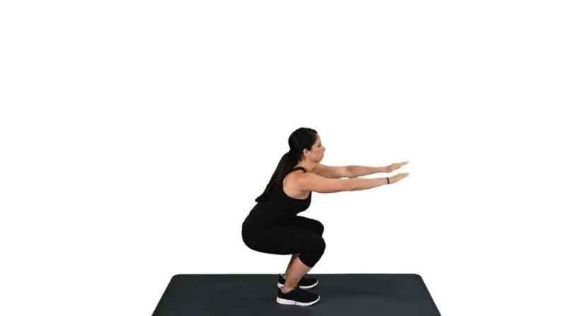 चेअर स्क्वॉट्स आपल्या पाठीच्या खालच्या भागास आराम देतात. जर आपण हा व्यायाम प्रथमच करत असाल तर 'बट'ला स्पर्श न करता खुर्चीवर बसा. असे केल्याने तुमचे आसन चांगले होईल.