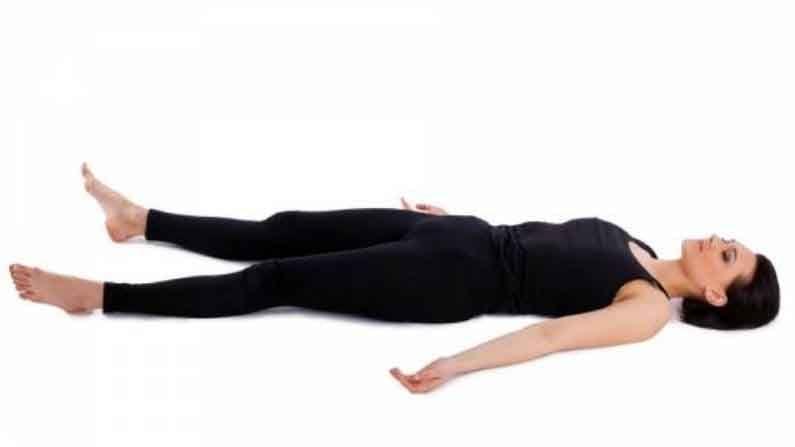 शवासन : शवासनात हळू हळू दीर्घ श्वास घ्या. 10 मिनिटांचे कसरत सत्र संपल्यानंतर हे आसन करा. यामुळे आपल्या शरीराला आराम मिळेल.