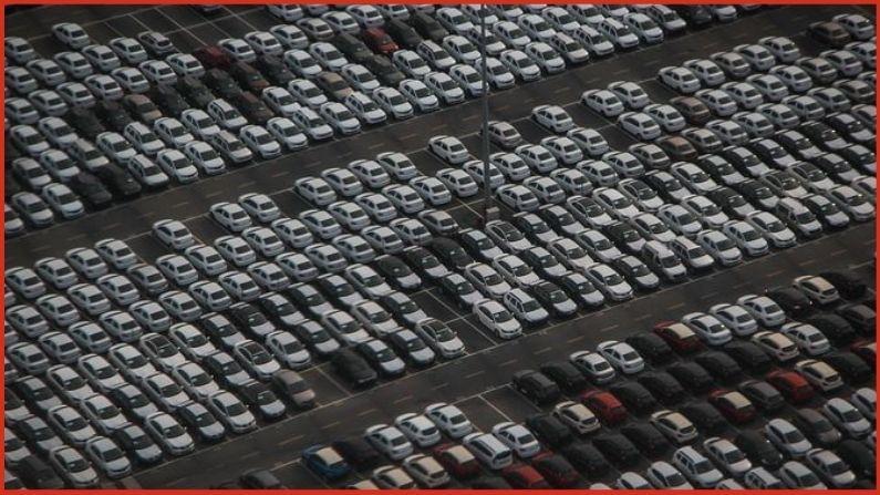 गुजरातमधील अहमदाबाद महानगरपालिकेच्या (AMC) नवीन पार्किंग पॉलिसीनुसार (New Parking Policy) कार खरेदी करण्यापूर्वी ग्राहकांना आपल्याकडे पार्किंगची जागा आहे की नाही याबाबतची माहिती द्यावी लागेल. जर तुमचं उत्तर होय असं असेल तर तुम्हाला त्याचा पुरावा सादर करावा लागेल, त्यानंतरच आपण एक नवीन कार खरेदी करु शकाल.