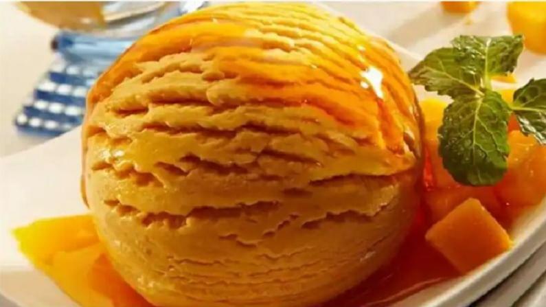 आईस्क्रीम तयार करण्यासाठी आपल्याला चांगले आंबे, दही, मध आणि वेलची पावडरची आवश्यकता आहे.