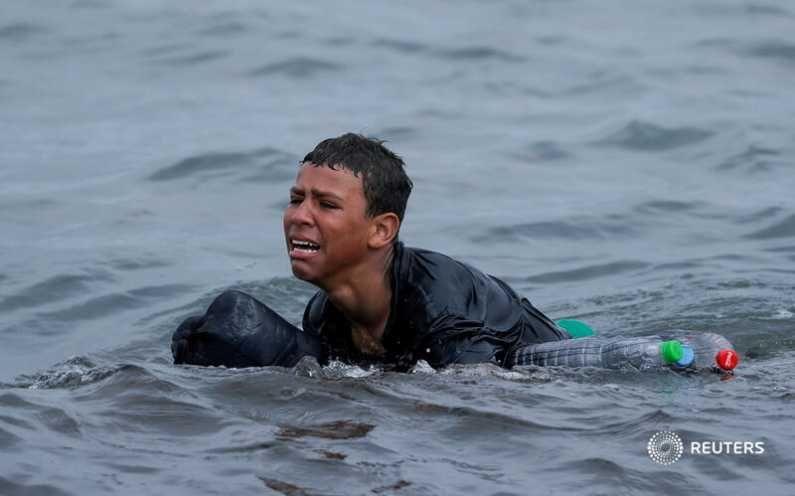 मोरोक्कोचे नागरिक पाण्यातून पोहत स्पेनच्या सीमेपर्यंत येत आहेत. यात त्यांना अनेक हालअपेष्टाही सहन कराव्या लागत आहेत. (Photo Credit : Reuters)