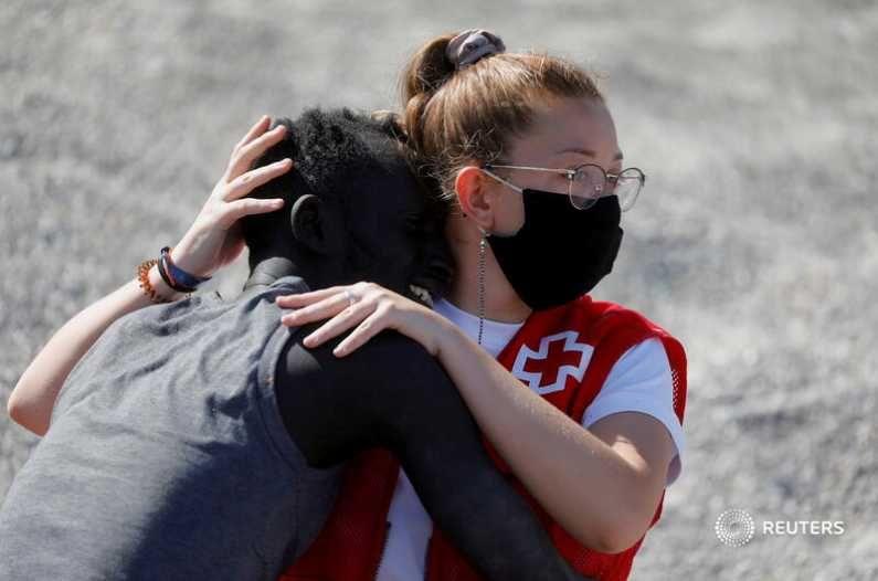 रेड क्रॉस संघटनेच्या स्वयंसेवकांकडून यावेळी मोरोक्को-स्पेन सीमेवर स्थलांतरीतांना मदत केली जात आहे. (Photo Credit : Reuters)