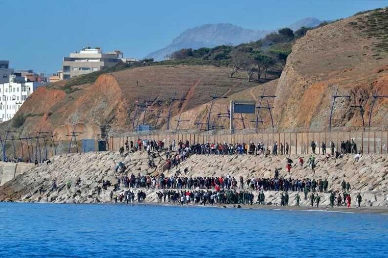 मोरोक्कोचे अनेक नागरिक पोहून येत सीमेवरील कुंपणाच्या अवतीभोवती गोळा होत आहेत. (Photo Credit : Reuters)