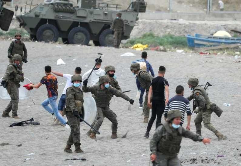 स्पेनच्या सैन्याने सीमेवर जमा झालेल्या मोरोक्कोच्या नागरिकांवर लाठीचार्ज करत त्यांना पळवून लावण्याचाही प्रयत्न केला. (Photo Credit : Reuters)