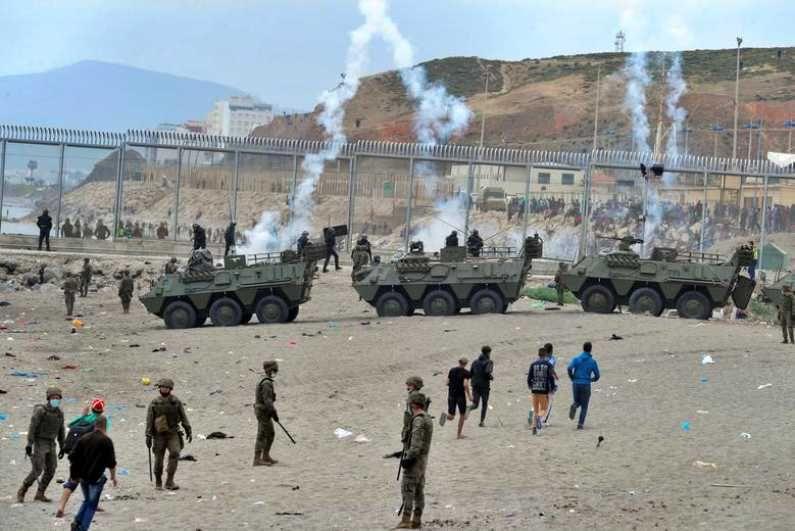 मोरोक्को-स्पेन सीमेवर मोठ्या प्रमाणात लोक जमा झाल्यानं स्पेनने आपल्या सैन्यासह काही रणगाडेही तैनात केले आहेत. (Photo Credit : Reuters)