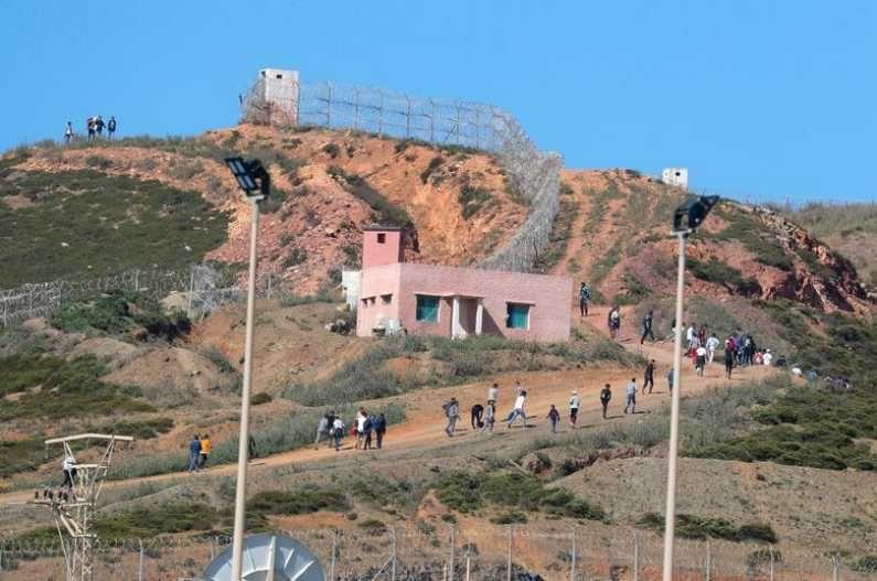 नागरिकांच्या स्थलांतरामुळे मोरोक्को-स्पेन सीमेला छावणीचं रुप आलंय. (Photo Credit : Reuters)