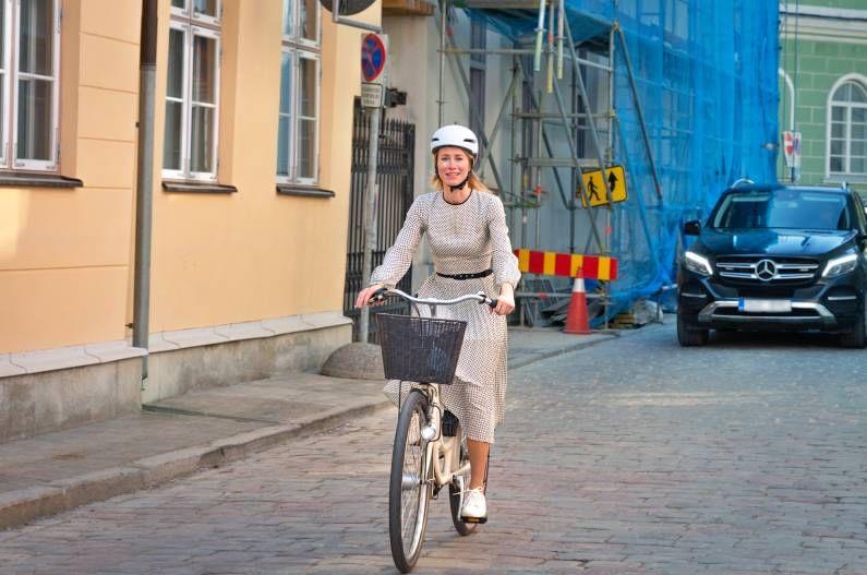 उत्तर युरोपमधील एस्टोनिया देशाच्या पंतप्रधान (Prime Minister of Estonian) दररोज सायकलवरुनच आपल्या कार्यालयात जातात. काया कलास (Kaja Kallas) असं या महिला पंतप्रधानांचं नाव आहे. त्या एस्टोनियाच्या पहिल्या महिला पंतप्रधान आहेत. एस्टोनिया हा युरोपियन संघातील एक देश आहे.
