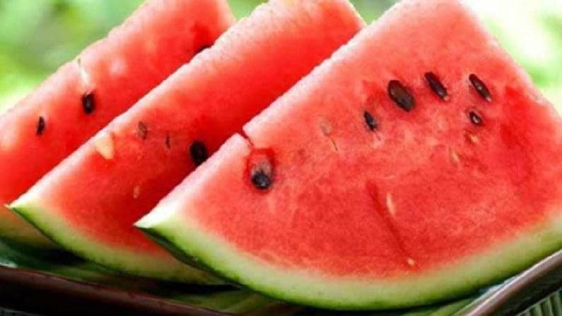 उन्हाळ्यात कलिंगड खाणे आरोग्यासाठी खूप फायदेशीर आहे. त्यात पुरेसे पाणी असते. तसेच यात अनेक पौष्टिक घटक असतात आणि कॅलरीजचे प्रमाणही कमी असते. हे फळ खाल्ल्याने तुमचे शरीर हायड्रेटेड राहते आणि अधिकवेळ भूकही लागत नाही.