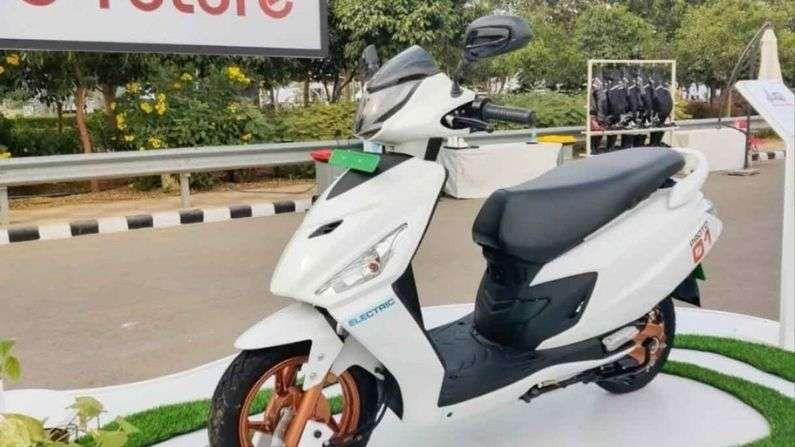 हिरो मोटोकॉर्प इलेक्ट्रिक स्कूटर (Hero Motocorp Electric Scooter) : हिरोने त्यांच्या इलेक्ट्रिक स्कूटरसाठी Gogoro बरोबर भागीदारी केली आहे. कंपनी फिक्स्ड बॅटरीसह स्वॅपेबल बॅटरी मॉडेलवर देखील काम करत आहे. सध्या, या स्कूटरच्या स्पेक्सबद्दल फारशी माहिती उपलब्ध नाही, परंतु कंपनी Maestro स्कूटरचं इलेक्ट्रिक व्हेरिएंटदेखील लाँच करण्याच्या तयारीत आहे.