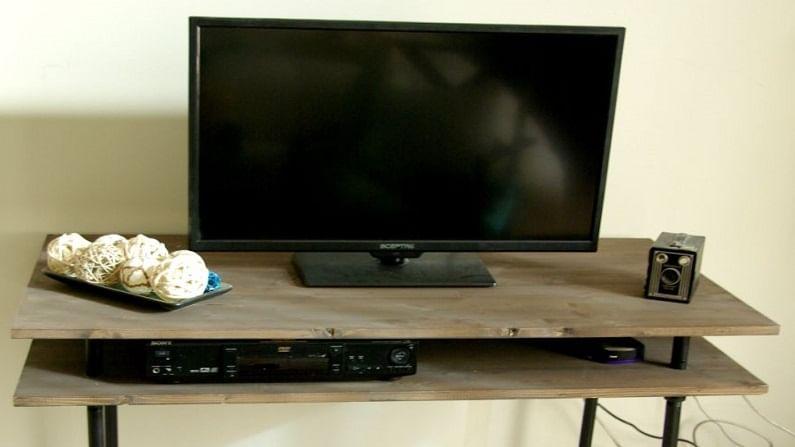 LCD TV ची स्क्रीन 1 इंचापर्यंत जाड असते तर LED TV ची स्क्रीन 1 इंचापेक्षा कमी जाडीची असते.