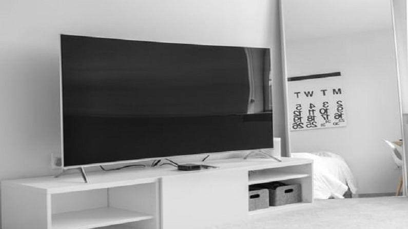 एलसीडी टीव्ही हे एलईडी टीव्हीच्या तुलनेत थोडे स्वस्त असतात, तर एलईडी टीव्ही थोडे महाग असतात.