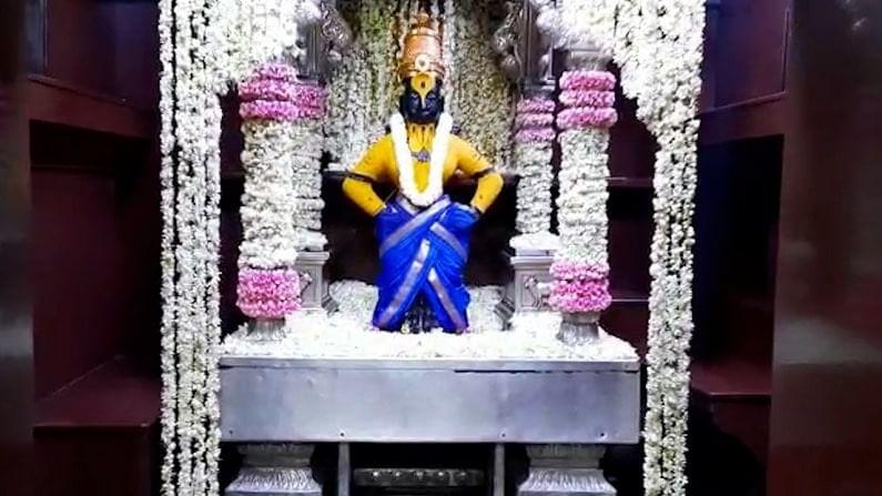 या मोगऱ्यांच्या फुलांच्या सजावटमुळे मंदिराचा सर्व परिसर प्रसन्न दिसत आहे.