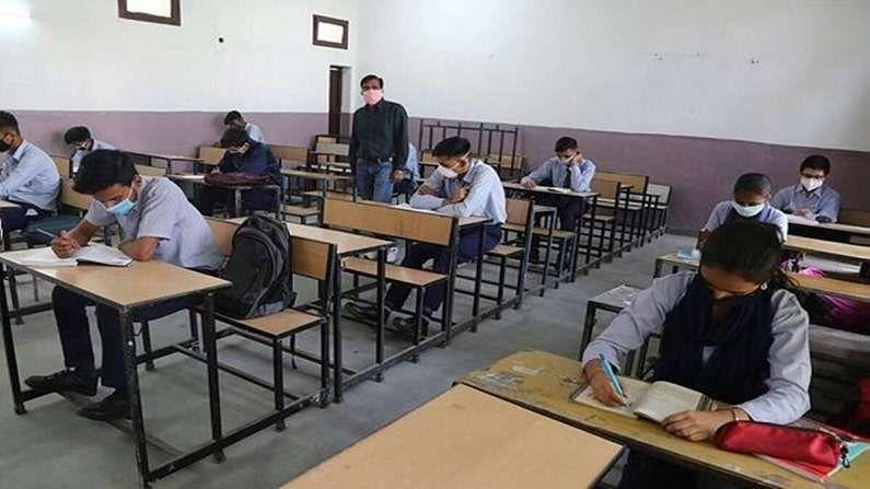 उच्चस्तरीय बैठकींनंतर सीबीएसईची बारावीची परीक्षा रद्द होणार नसल्याचं स्पष्ट झालं आहे. बारावीच्या परीक्षेचं स्वरुप बदलू शकतं, अशी शक्यता आहे. यापूर्वी दहावीच्या परीक्षा रद्द करण्यात आल्या आहेत. आंध्र प्रदेश, उत्तराखंड,  अरुणाचल प्रदेश, सिक्कीम, गुजरात, उत्तर प्रदेश, जम्मू काश्मीर , हिमाचल प्रदेश,