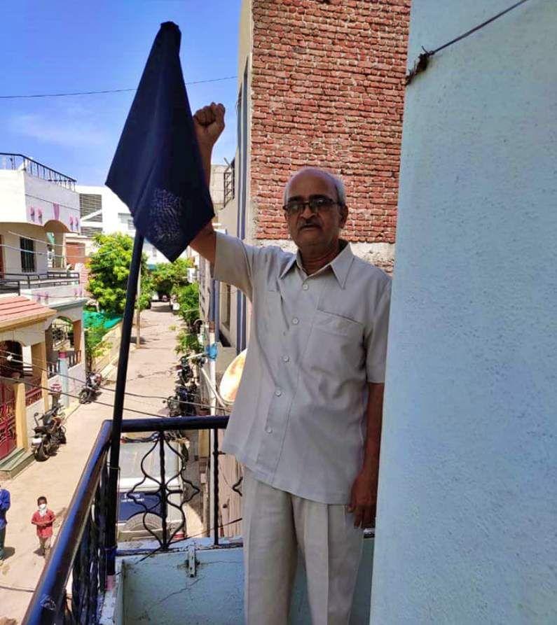 यावेळी ज्ञानेश्वर राक्षे आणि कॉ. ज्ञानदेव सहाणे यांनीही आपल्या घरावर काळा झेंडा लावत सरकारचा निषेध केला.