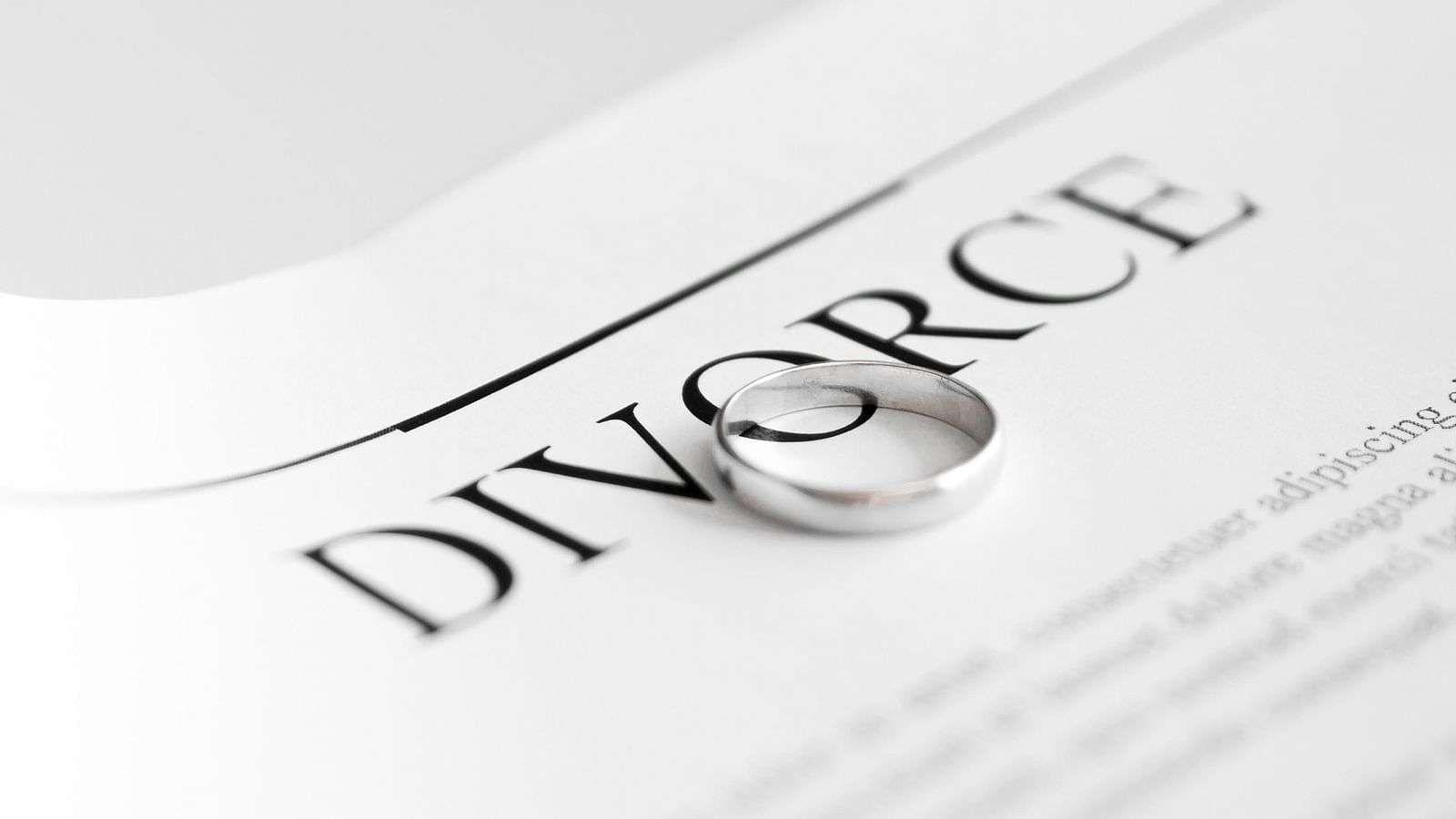 लग्न हे पवित्र बंधन मानले जाते. ज्या लोकांचे अद्याप लग्न झालेले नाही, त्यांना याचे गांभीर्य नसते. पण जे विवाहित आहेत, त्यांना या नात्याचे महत्त्व चांगलेच माहिती आहे. कोणत्याही कठीण परिस्थितीत विवाहबंधन टिकवून ठेवणे ही तारेवरची कसरत असते. जगभरात दररोज कोट्यवधी लोक विवाहबंधनात अडकतात, तशीच अनेक लोक घटस्फोटही घेत असतात.