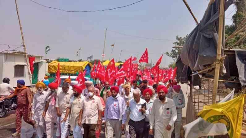 सिंघु येथे तिचे स्वागत किसान सभेचे राष्ट्रीय अध्यक्ष डॉ. अशोक ढवळे आणि राष्ट्रीय कोषाध्यक्ष पी. कृष्णप्रसाद यांनी केले.