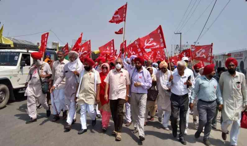 शनिवारी (29 मे) अखिल भारतीय किसान सभेच्या नेतृत्वाखाली पंजाबमधील शेकडो शेतकऱ्यांची दुसरी तुकडी आपली गव्हाची कापणी पूर्ण करून दिल्लीजवळ सिंघू सीमेवर परतली. पहिली तुकडी 16 मे रोजी पोहचली होती.