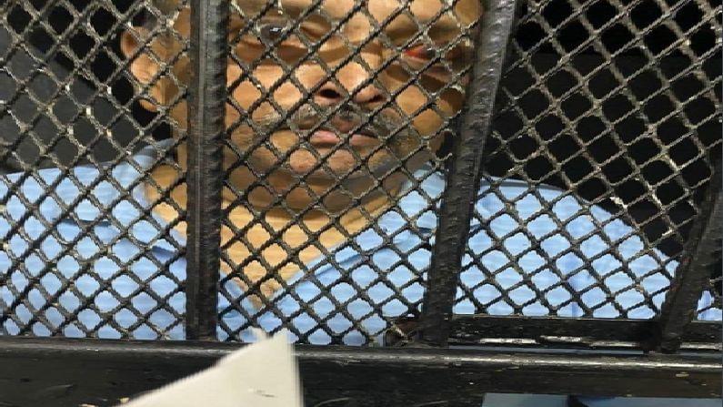 पीएनबी घोटाळ्यातील मु्ख्य आरोपी आणि डोमिनिकामध्ये पकडलेला फरार हिरे व्यापारी मेहुल चोकसी याचं कारागृहातून पहिला फोटो समोर आला आहे. मेहुल चोकसी सध्या डोमिनिका पोलिसांच्या ताब्यात असून तो तुरुंगात आहे. (photo - Antigua News Room, ANI)