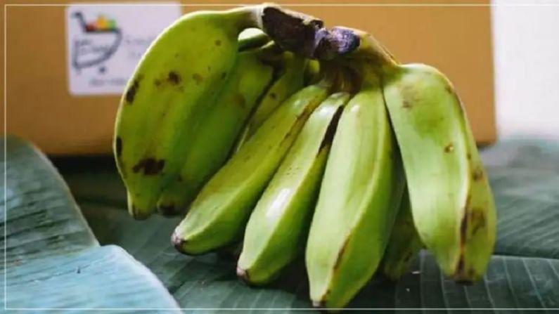 केळी फ्रीजमध्ये ठेवू नये. असे केल्याने ते काळे होतात आणि त्वरीत खराब होतात. त्यात इथिलीन गॅस असतो त्यामुळे फ्रीजमधील बाकीच्या गोष्टी खराब करू शकतात.