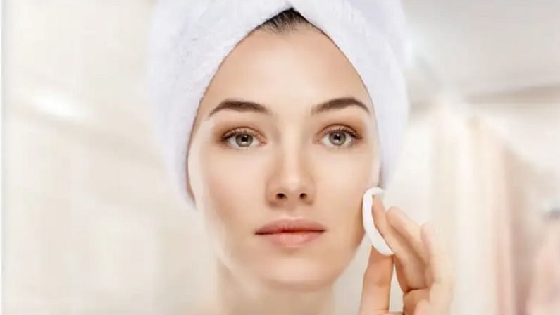 त्वचेवरील मुरूमाचे डाग काढण्यासाठी स्ट्रॉबेरी फायदेशीर आहे. यासाठी आपल्याला एका वाटीत तीन ते चार स्ट्रॉबेरी मॅश करून घ्याव्या लागतील. त्यानंतर ती पेस्ट चेहऱ्याला लावा आणि वीस मिनिटांनी चेहरा थंड पाण्याने धुवा.
