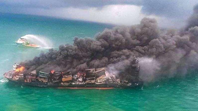 श्रीलंकेची राजधानी कोलंबो जवळील समुद्रात सिंगापूरचं MVX-Press Pearl या कार्गो मालवाहतूक जहाजाला आग लागल्यानं समुद्रात मोठं संकट निर्माण झालंय.