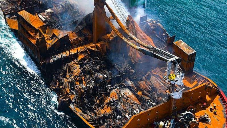 या आगीमुळे हे जहाज बुडण्याचा धोका आहे. त्यानंतर त्यातील इंजिन ऑईल आणि इतर केमिकल्स समुद्राच्या किनारपट्टी भागात येऊ नये म्हणून बुडण्याआधी जहाज खोल समुद्रात नेण्याचाही प्रयत्न सुरु आहे.